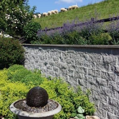 Umgebungsgestaltung Terrassierung mit Mauer