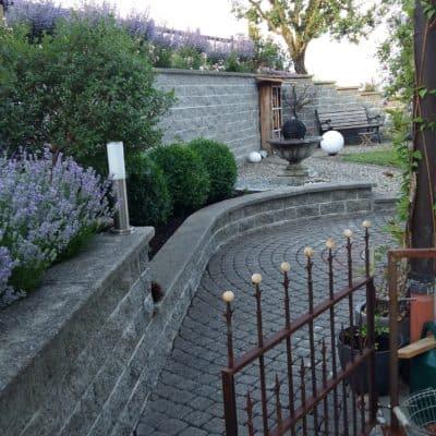 Umgebungsgestaltung Sitzplatz mit Stützmauern